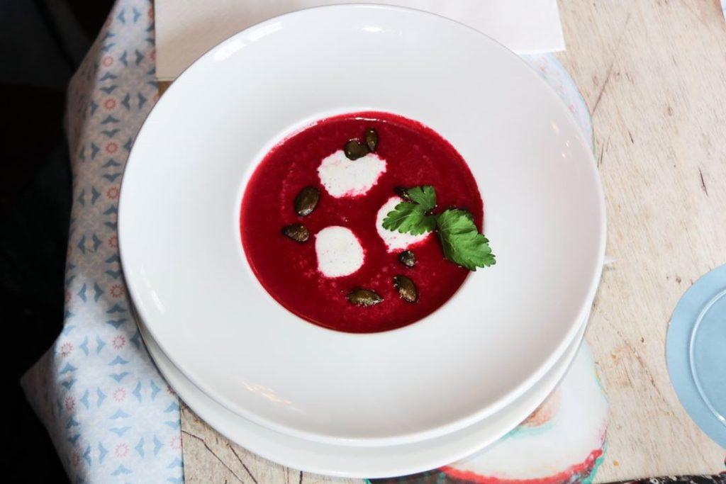 Loins vom Skrei mit einer Chimichurri-Marinade aus Minze, Petersilie und Basilikum, dazu scharfer Gurkensalat.